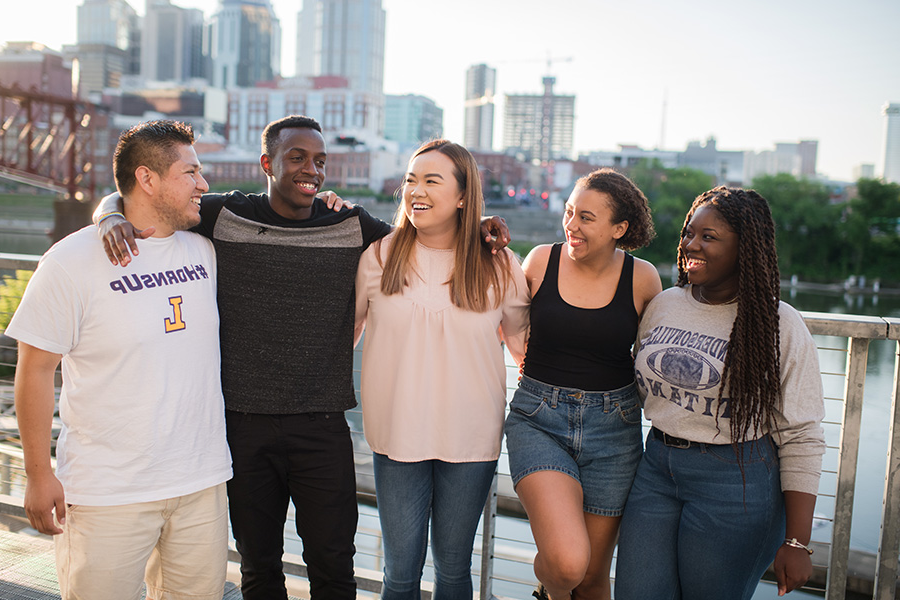 A diverse group of five Lipscomb students hanging out in 纳什维尔 in front of the skyline.